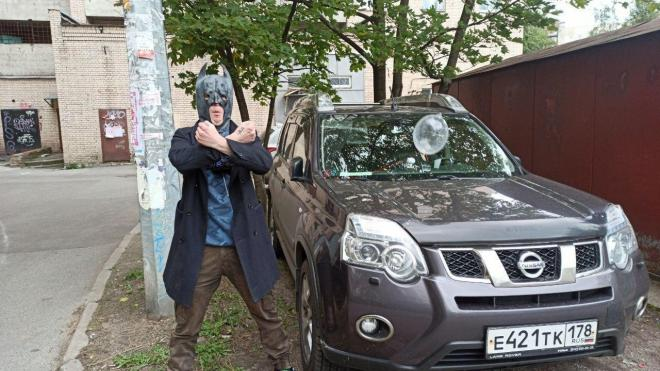 Мститель в маске Бэтмэна развесил презервативы на авто нарушителей парковки