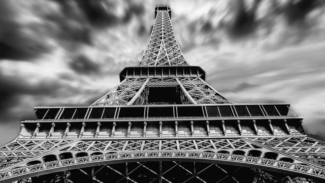 Эйфелеву башню закрыли из-за угрозы взрыва, посетителей эвакуировали