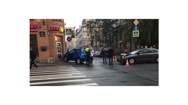 В Петербурге водитель-новичок врезался в угол дома