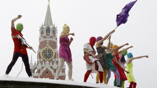 """Феминистки Pussy Riot устроили """"концерт"""" в Храме Христа Спасителя"""