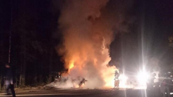В Песочном из-за аварии загорелось два автомобиля: водители выжили
