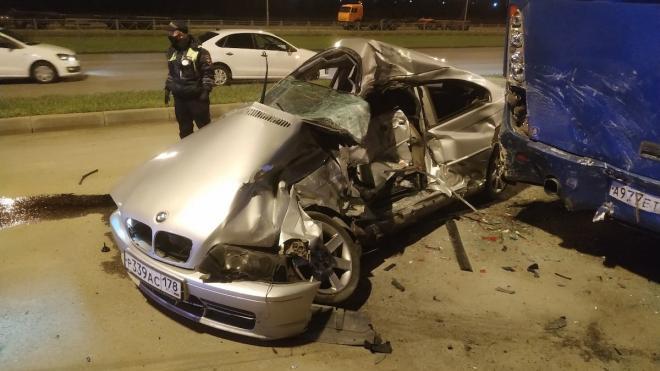 При столкновении с автобусом на Маршала Казакова погиб водитель BMW