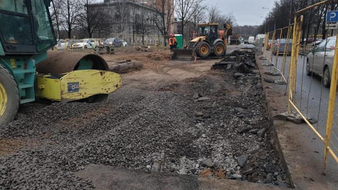 Дважды прорвавшуюся трубу на проспекте Непокоренных починили