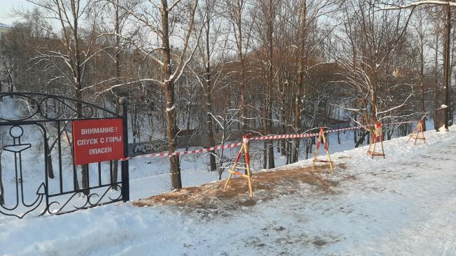 Жителям Кронштадта напомнили об опасности катания с горки у Якорной площади после несчастного случая с ребенком
