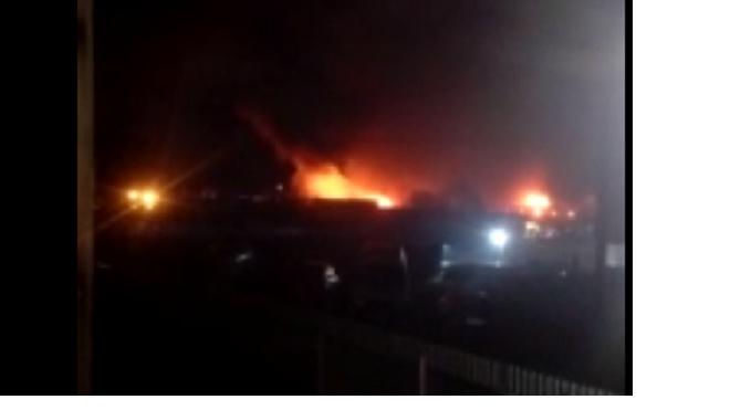 В Агалатово загорелась территория бывшего коровника