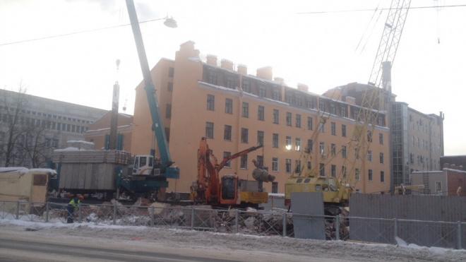 На Новгородской на историческом здании появились трещины после капитального ремонта