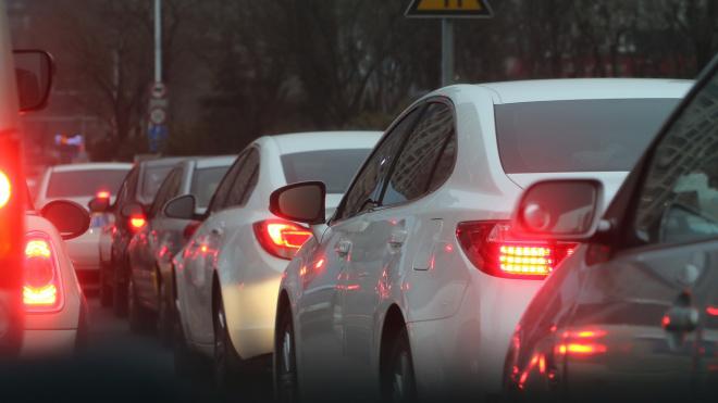 Водители жалуются на вечерние пробки в Северной столице по 9−10 км