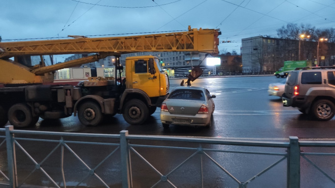 Автокран раздавил легковушку в Петербурге