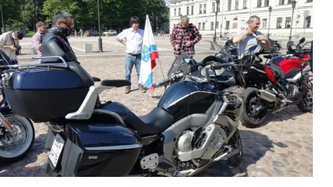 Александр Дрозденко доехал до Выборгского замка на мотоцикле