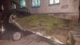 В Магадане козырек подъезда упал и раздавил авто
