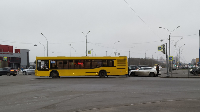 На Богатырском проспекте Audi врезалась в автобус