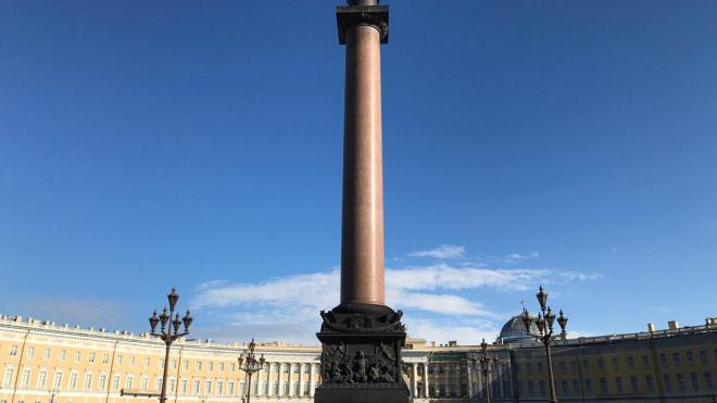 На Дворцовой площади разместили 400-килограммовую люстру