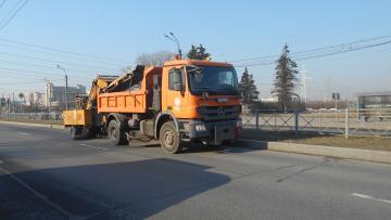 Дорожники начали круглосуточно мыть дороги тротуары Петербурга