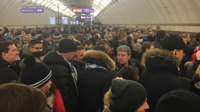 """Фанаты """"Зенита"""" забаррикадировали """"Спасскую"""": """"Звенигородская"""" доступна для пассажиров"""