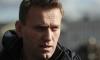 Навальный не пускает в дом судебных приставов