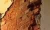 На Таврической улице кусок фасада рухнул в метре от женщины с коляской