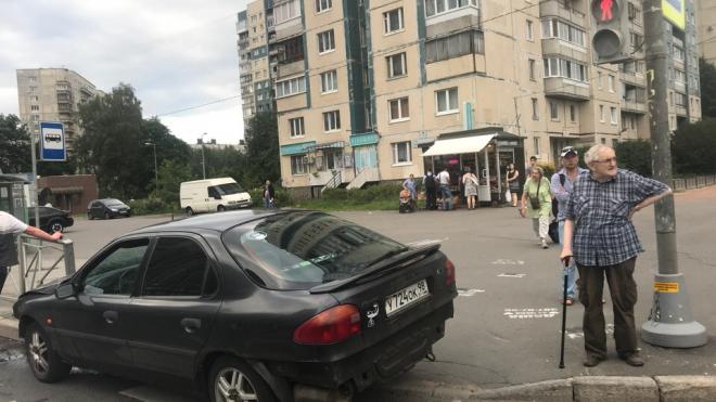На пересечении Хошимина и Просвещения черная легковушка вылетела прямо на пешеходный переход