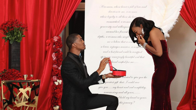Слишком влюблен: американец подарил девушке шесть обручальных колец с бриллиантами
