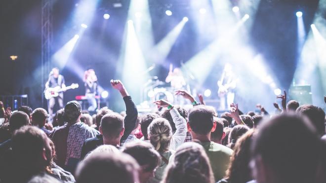 Врач предложила перенести концерты в Петербурге из залов на стадионы