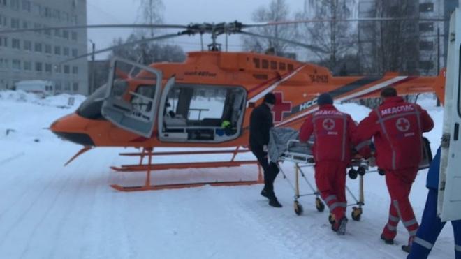 Вертолет санавиации доставил в Петербург пострадавшего мужчину из-под Гатчины