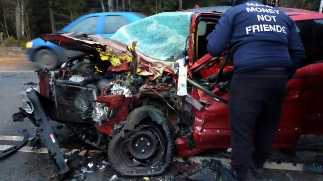 """Водитель """"Пежо"""" сильно пострадала в лобовой аварии с """"Порше"""""""