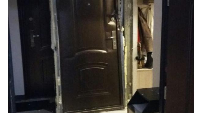 На улице Коллонтай в жилой квартире ОМОН устроил облаву