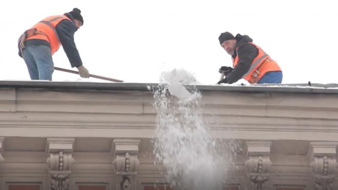 В Заячьем переулке рабочий, расчищавший крышу от снега, упал с высоты