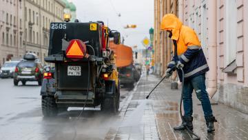 В пасмурную погоду улицы Петербурга приводят в порядок 755 единиц техники