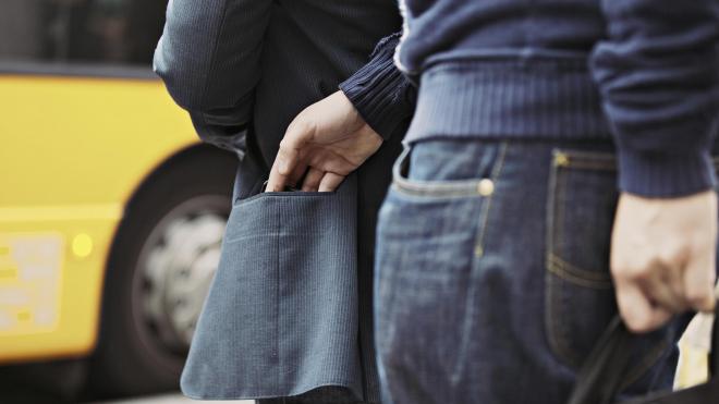 Безработный украл 50 тыс. рублей у иностранца на Невском проспекте