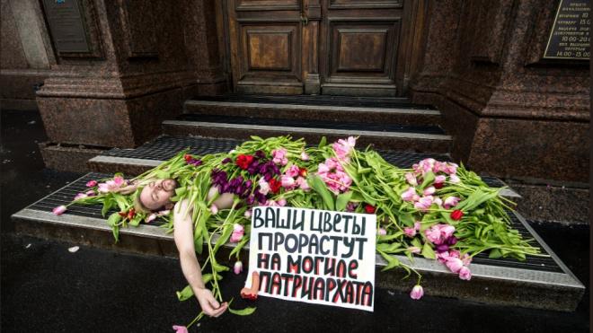 """Петербургские феминистки ответили мужчинам на """"насильственное"""" поздравление в """"Симоне"""""""