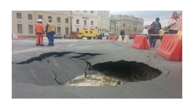 На Дворцовой площади все еще ремонтируют водопровод и заделывают яму