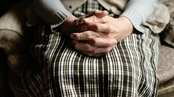 В Светогорске мужчина ограбил 87-летнюю пенсионерку на улице