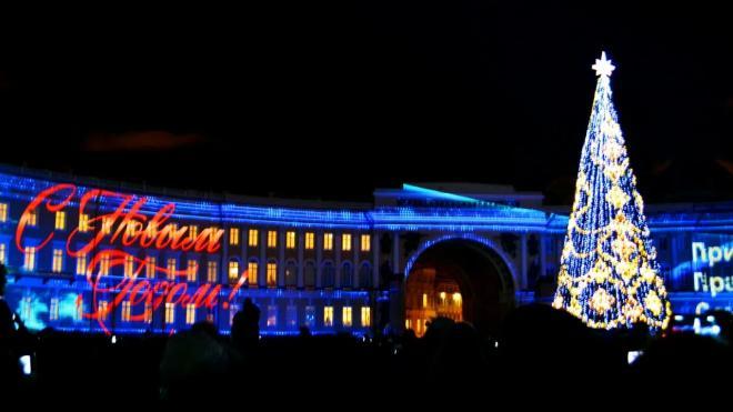 Вес главной новогодней ёлки на Дворцовой площади достигает 12 тонн