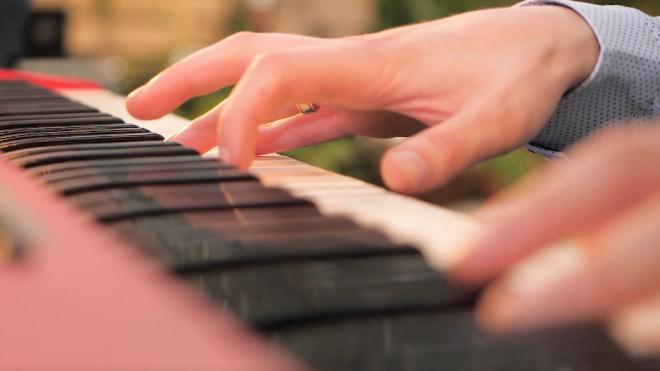 Российский пианист играл девять часов в память о короле Таиланда