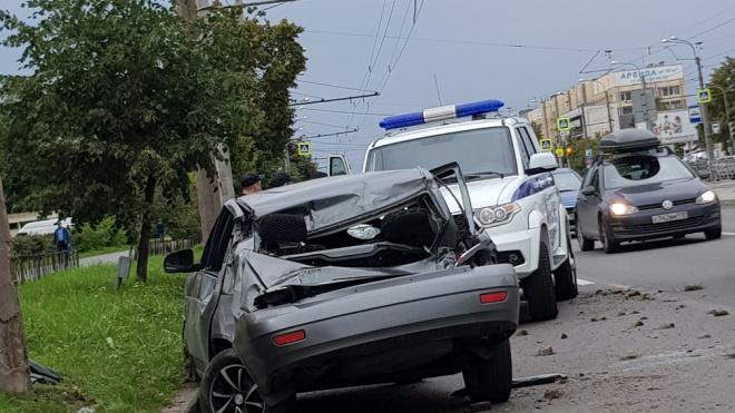 На Бухарестской улице легковушка смяла багажник после столкновения с дорожным знаком