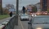 Городской сумасшедший забрался на крышу машины на проспекте Луначарского