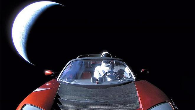 "Электрокар ""Tesla Roadster"" облетел вокруг Солнца и отправился к Марсу"