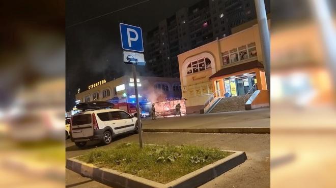 На проспекте Авиаконструкторов огонь полностью уничтожил ларек