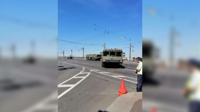 Военная техника выдвинулась к Дворцовой площади