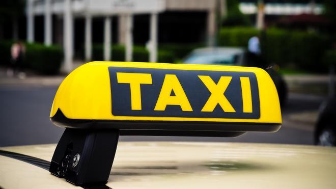 """Задержаны пьяные пассажиры, побившие таксиста и его """"Фольксваген"""" на проспекте Луначарского"""