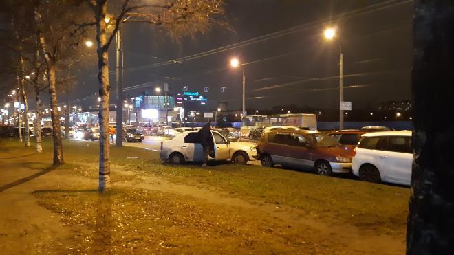 На проспекте Большевиков столкнулись пять автомобилей