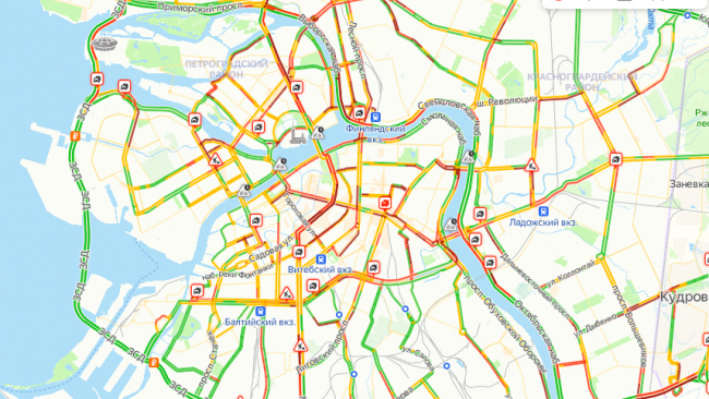 Вечером в пятницу Петербург встал в 8-бальные пробки