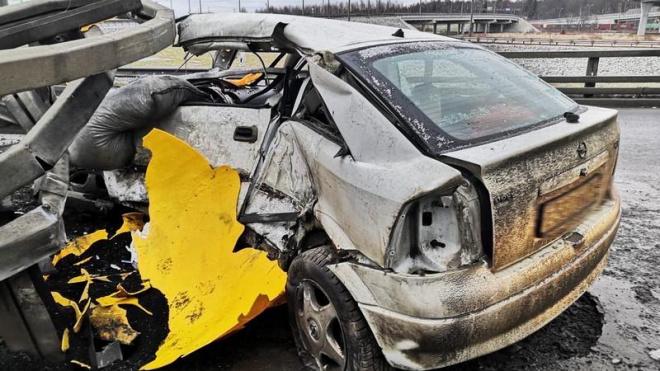 Наюго-западе Петербурга произошла смертельная авария.Иномарка влетела в ограждение