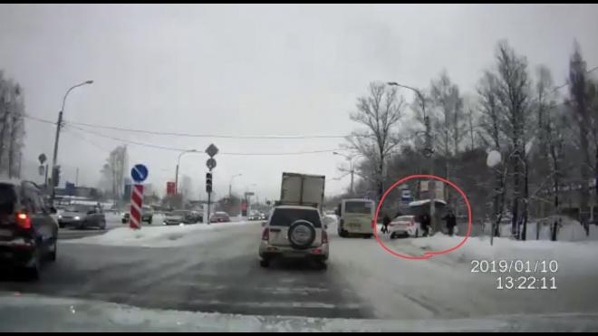 В Выборгском районе таксист въехал в остановку с людьми: есть пострадавшие