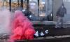 """""""Другая Россия"""" подожгла дымовую шашку и подбросила ее в штаб Путина в Петербурге"""