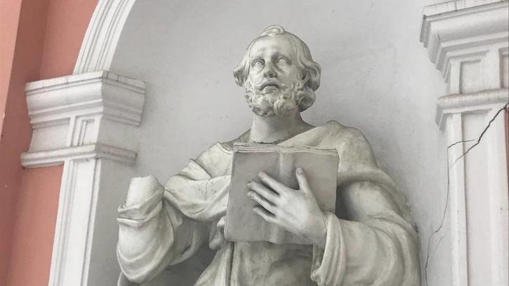 Вандалы испортили скульптуру апостола Петра в церкви на Лиговском проспекте