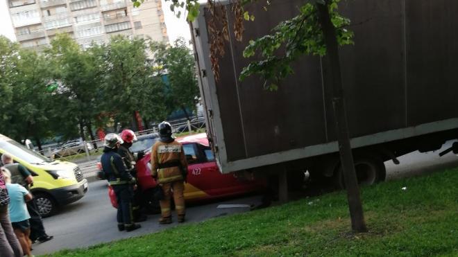 Такси угодило под фургон во Фрунзенском районе