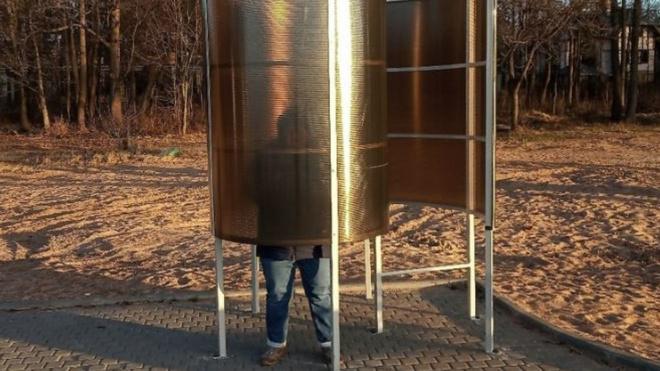 На петербургском пляже появились прозрачные раздевалки для очень высоких людей