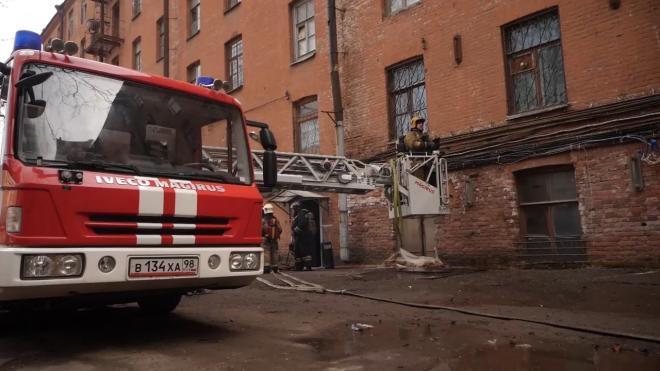 """Пожарные занимаются проливкой двух очагов на """"Невской мануфактуре"""""""