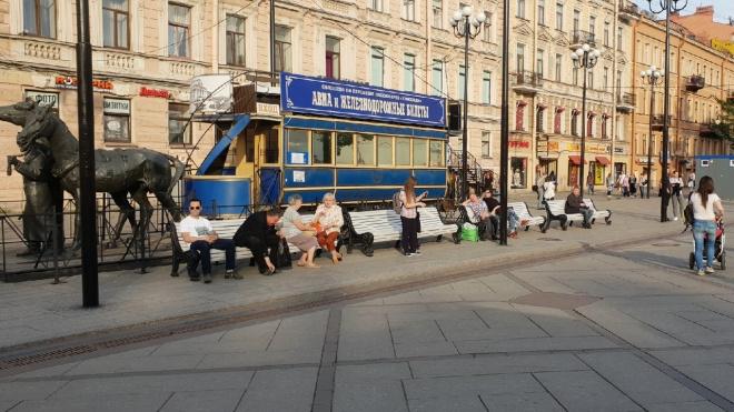 """Очевидцы: у """"Василеостровской"""" наконец-то появились скамейки"""